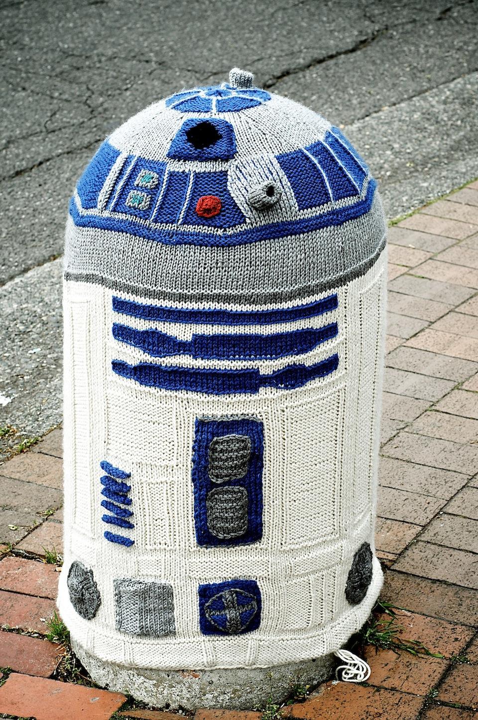 R2D2 Yarn bombing
