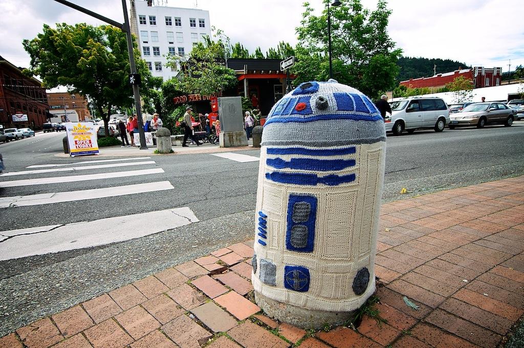 Knitted R2D2 Street Art